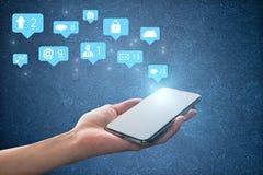 Smartphone с социальными иконами средств стоковая фотография