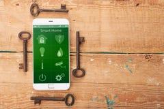 Smartphone с умным домом app на деревянном столе Стоковые Изображения