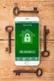 Smartphone с умным домом app на деревянном столе Стоковое фото RF