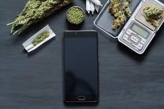 Smartphone с черным экраном для ключа chroma, ключа chroma на фоне конопли цветет, концепция Стоковое Изображение RF