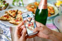 Smartphone фотографируя от органических здоровых сандвичей Стоковые Фото