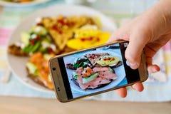 Smartphone фотографируя от органических здоровых сандвичей Стоковые Изображения RF