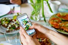 Smartphone фотографируя от органических здоровых сандвичей Стоковое Изображение RF