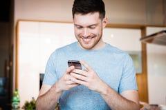 smartphone человека используя Стоковое Изображение