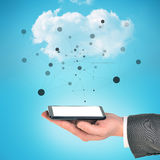 Smartphone черноты удерживания руки бизнесмена Стоковое фото RF