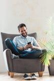 smartphone человека используя детенышей Стоковая Фотография RF