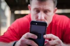 smartphone человека используя стоковые фотографии rf