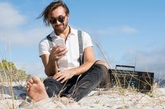 smartphone человека используя Стоковые Изображения RF