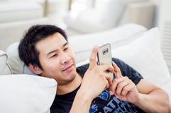 smartphone человека используя Стоковые Изображения