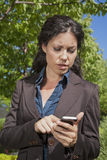 Smartphone чтения женщины Стоковые Изображения