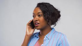 Ευτυχής γυναίκα αφροαμερικάνων που καλεί το smartphone απόθεμα βίντεο