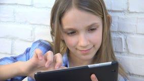 Ταμπλέτα παιχνιδιού παιδιών, παιδί Smartphone, μηνύματα ανάγνωσης κοριτσιών που κοιτάζει βιαστικά Διαδίκτυο στοκ εικόνες
