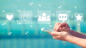 Социальные средства массовой информации со смартфоном стоковая фотография rf