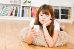 使用smartphone的妇女 免版税库存图片