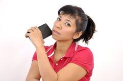 Красивая женщина держит smartphone Стоковое фото RF