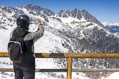 Гора ландшафта съемки Smartphone лыжника видео- Стоковая Фотография
