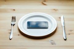 Smartphone al piatto in bianco Fotografia Stock Libera da Diritti