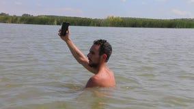 Smartphone alla spiaggia stock footage