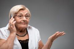 Smartphone anziano della tenuta della donna Immagine Stock Libera da Diritti
