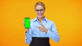 Smartphone apontando fêmea da tela do verde do dedo do negócio, app em linha da conferência vídeos de arquivo