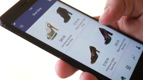 Smartphone app χρησιμοποίησης αγορών σε απευθείας σύνδεση και επιλογή των παπουτσιών