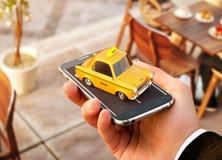 Smartphone applikation av taxiservice för online-sökande kalla och boka en taxi royaltyfri foto