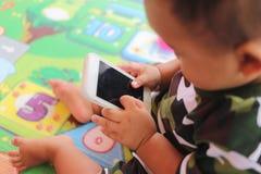 Smartphone asiatico di uso del bambino del ragazzo Immagini Stock Libere da Diritti