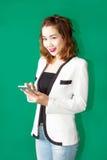 Smartphone asiatico di uso della ragazza fotografia stock