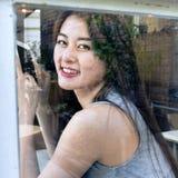 Smartphone asiatico di uso delle donne nel negozio del caffè Immagine Stock Libera da Diritti