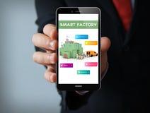 smartphone astuto dell'uomo d'affari della fabbrica Fotografie Stock