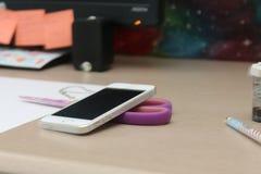 Smartphone auf Computertisch Stockfotos