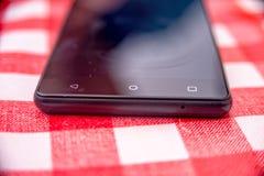 Smartphone auf dem Tisch Stockfotografie