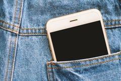 Smartphone auf der Rückseite des Taschenblaubaumwollstoffs Stockbild