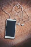 Smartphone auf einem hölzernen Hintergrund stockfotografie