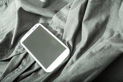 Smartphone auf einem Hemd Stockfoto