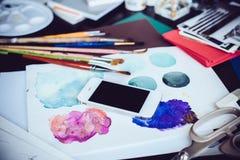 Smartphone auf einer Tabelle im Künstlerstudio Lizenzfreies Stockfoto