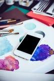 Smartphone auf einer Tabelle im Künstlerstudio Lizenzfreie Stockfotografie