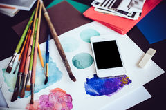 Smartphone auf einer Tabelle im Künstlerstudio Stockfoto