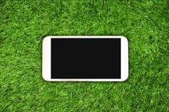 Smartphone auf Gras Lizenzfreies Stockbild