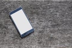 Smartphone auf hölzernem Hintergrund mit Kopienraum Lizenzfreie Stockfotografie