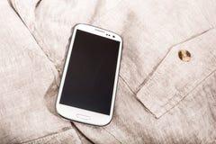 Smartphone auf Stoff Stockbilder
