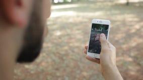 Smartphone aumentado GO de la realidad de Nintendo Pokemon almacen de video