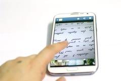 Smartphone avec avec le doigt images libres de droits