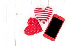 Smartphone avec des formes de coeur Photographie stock libre de droits