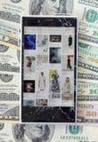 Smartphone avec l'écran cassé sur le fond d'argent Images stock