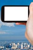 Smartphone avec l'écran et la ville coupés de Paris Photo stock