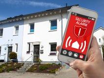 Smartphone avec l'appli de contrôle de smarthome photos libres de droits