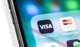 Smartphone avec l'appli mobile de visa sur les opérations d'écran photographie stock libre de droits