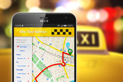 Smartphone avec l'application d'Internet de service de taxi Photographie stock