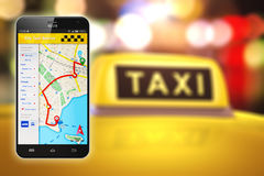 Smartphone avec l'application d'Internet de service de taxi Photos libres de droits